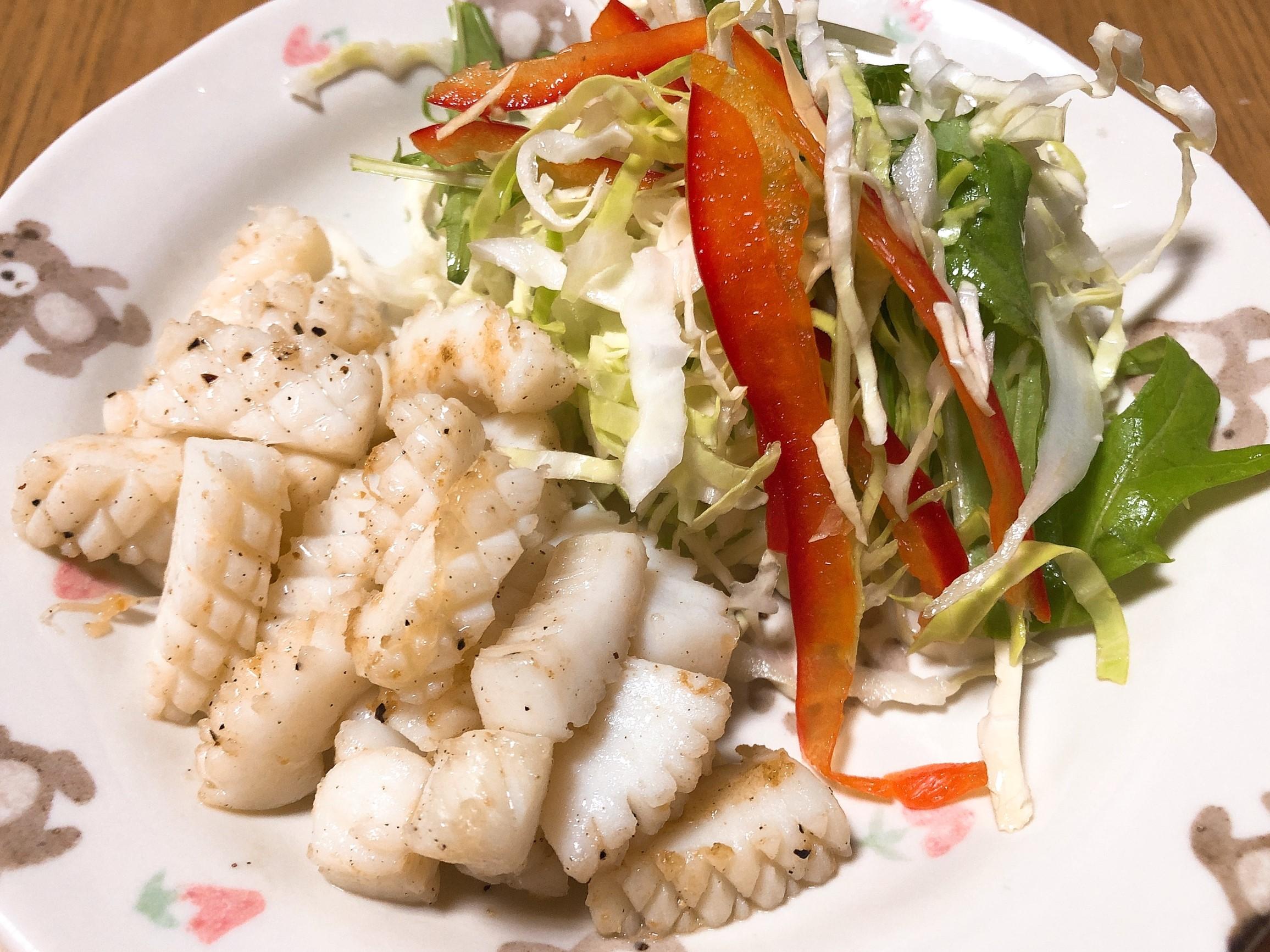 イカ炒めとグリーンサラダ